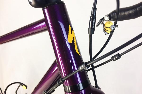 foto bicicletta viola e gialla